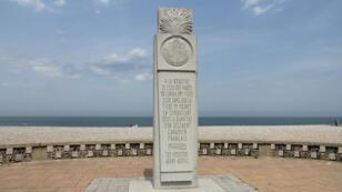 Le monument en mémoire des membres du régiment canadien des Fusiliers Mont-Royal sur la plage de Dieppe.