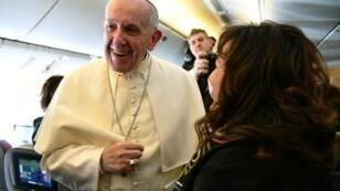 البابا فرنسيس مبتسما لدى ترحيبه بالصحافيين المرافقين له على متن الطائرة خلال رحلة إلى سانتياغو في 15 ك2/يناير 2017