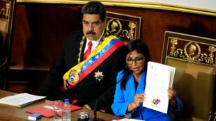 Nicolás Maduro, y Delcy Rodríguez, aplauden durante una sesión especial de la Asamblea Nacional Constituyente por el juramento del reelegido presidente en el Palacio Federal Legislativo. Caracas, Venezuela. 24 de mayo de 2018.