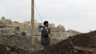 """مسلح من الحوثيين أمام جامعة """"الإيمان الإسلامية"""" في صنعاء."""