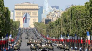 Cientos de oficiales participaron en el desfile militar del Día de la Bastilla en París, Francia, el 14 de julio de 2018.