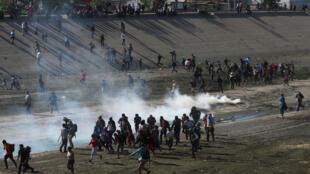 La patrouille frontalière américaine utilise des gaz lacrymogènes contre des migrants près de la barrière entre le Mexique et les États-Unis à Tijuana, au Mexique, le 25 novembre 2018.