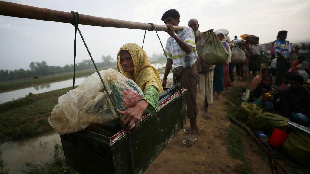 Esta es Toyeba, una mujer refugiada rohingya de 45 años que está siendo transportada mientras continúa su camino después de cruzar de Myanmar a Palong Khali.