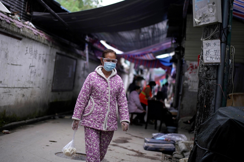 امرأة ترتدي الكمامة في ووهان