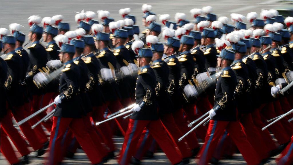 Un grupo de estudiantes de la escuela militar especial de Saint-Cyr durante el desfile del Día de la Bastilla en París, Francia, el 14 de julio de 2018.