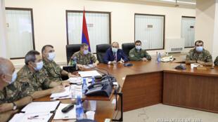 رئيس وزراء أرمينيا نيكو باشينيان خلال اجتماعه بكبار القادة العسكريين في يريفان في 27 أيلول/سبتمبر 2020