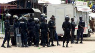 Des policiers guinéens surveillent la manifestation du 24 octobre 2019, à Conakry.