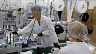 Des salariées de l'usine Sion Medical, à Sdérot, dans le sud d'Israël, le 15 juin 2020
