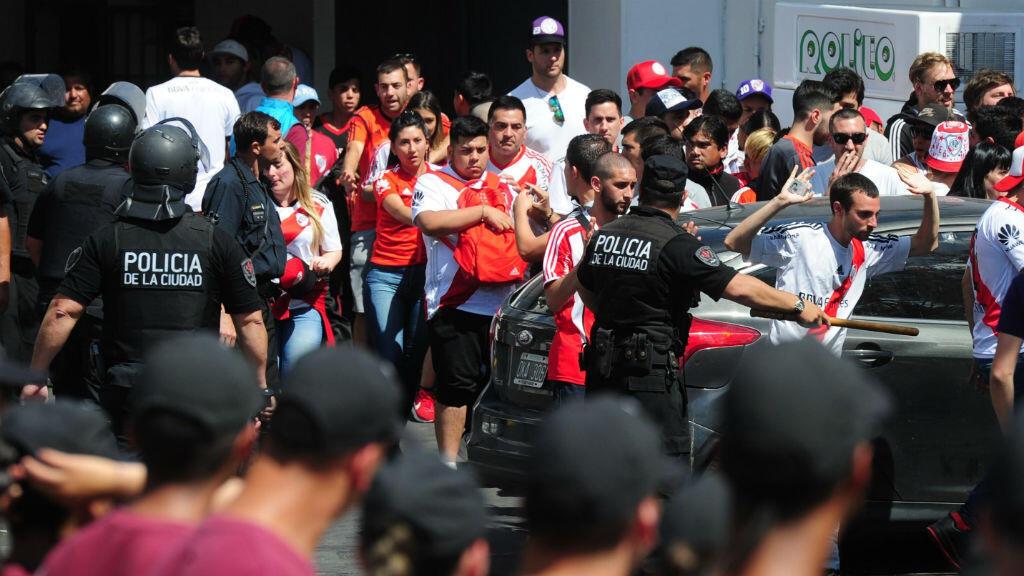 Integrantes de la Policía junto a un grupo de aficionados de River Plate en el estadio Monumental en Buenos Aires, Argentina, el 24 de noviembre de 2018.