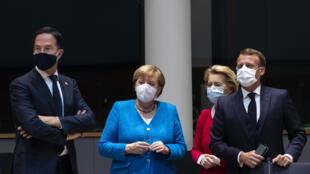 من اليسار غلى اليمين رئيس الوزراء الهولندي مارك روتي والمستشارة الألمانية أنغيلا ميركل ورئيسة المفوضية الأوروبية اورسولا فون دير لاين والرئيس الفرنسي إيمانويل ماكرون في بروكسل في 18 تموز/يوليو 2020