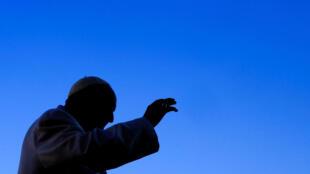 El papa Francisco saluda al llegar para liderar una audiencia en la plaza San Pedro en el Vaticano, el 24 de enero de 2018.