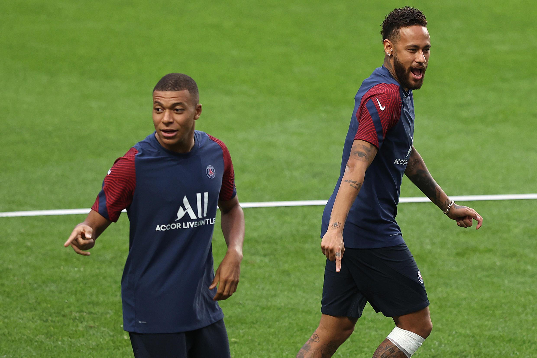 Neymar et Kylian Mbappé lors de l'entraînement du PSG, le 11 août 2020, à Lisbonne, au Portugal.