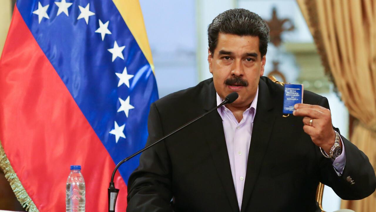 El presidente Nicolás Maduro sostiene la constitución venezolana durante una reunión con el cuerpo diplomático de Venezuela recién llegado de Estados Unidos el 28 de enero de 2019.