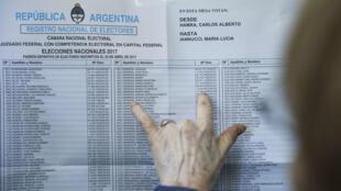 Ciudadanos acuden a las urnas en las legislativas argentinas.