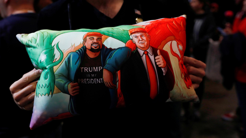 Un partidario del presidente de los Estados Unidos, Donald Trump, sostiene una almohada de él y Kanye West en su mitin de campaña en Las Vegas, Nevada, EE. UU., 21 de febrero de 2020.