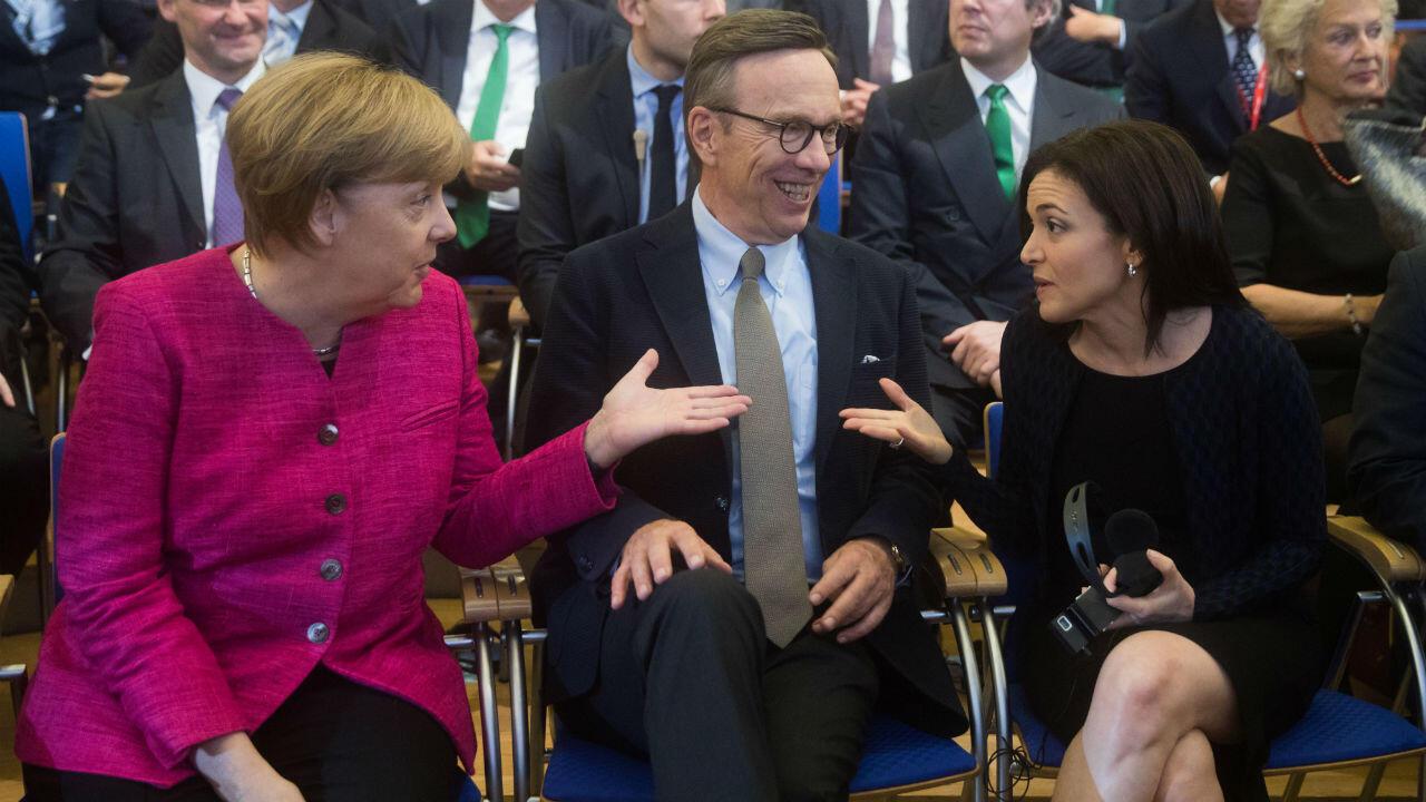 Sheryl Sandberg, numéro 2 de Facebook, (à droite) est la clé de voûte du lobbying de l'entreprise en Europe. On la voit ici avec la chancelière allemande Angela Merkel à l'occasion d'une conférence 2017.