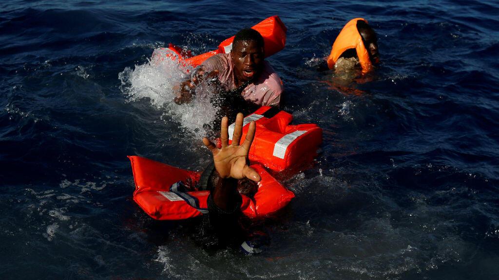 En pleno Mar Mediterráneo el lente capturó el momento en el que migrantes intentan mantenerse a flote después de caerse de su bote durante una operación de rescate en aguas internacionales a unas 15 millas náuticas de la costa de Zawiya en Libia.