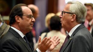 الرئيس الفرنسي فرانسوا هولاند متحدثا إلى رئيس المفوضية الأوروبية جان كلود يونكر