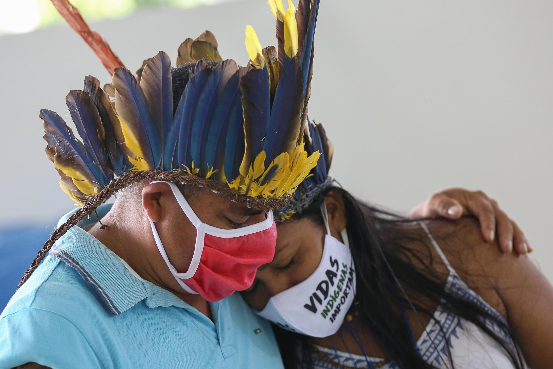 Indígenas de la comunidad Parque das Tribus lloran en el funeral de su líder mayor, el cacique Messias Kokama, fallecido a los 53 años a causa del Covid 19, el 14 de mayo de 2020 en Manaos, Brasil.