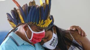 Indígenas de la comunidad Parque da las Tribus lloran en el funeral de su líder mayor, el cacique Messias Kokama, fallecido a los 53 años a causa del covid 19, el 14 de mayo de 2020 en Manaos, Brasil