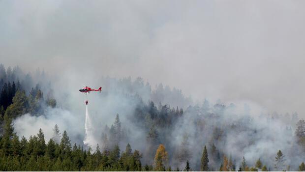 Un hélicoptère tente d'intervenir sur un autre incendie à Hammarstrand cette fois, dans le centre de la Suède.