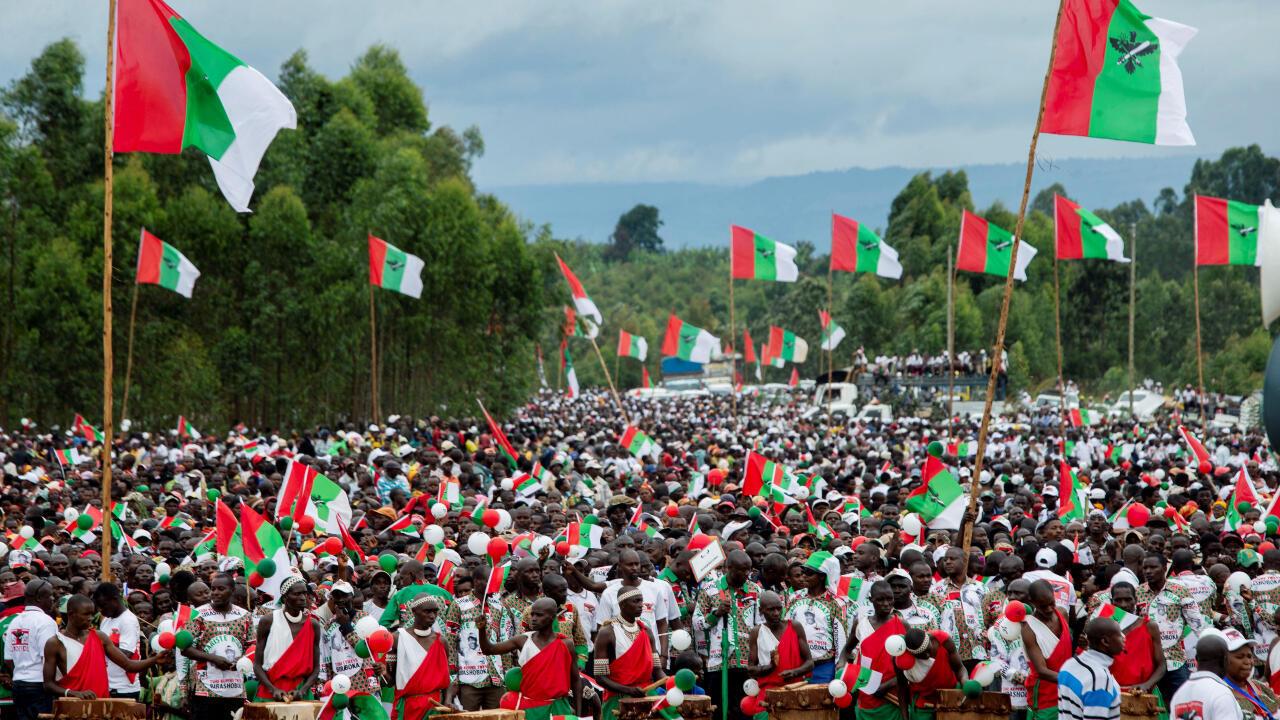 Los partidarios del partido gobernante de Burundi, el Consejo Nacional para la Defensa de las Fuerzas de la Democracia para la Defensa de la Democracia (CNDD-FDD), asisten a un mitin de campaña de su candidato presidencial Evariste Ndayishimiye en el estadio Bugendana en la provincia de Gitega, Burundi, el 27 de abril de 2020.