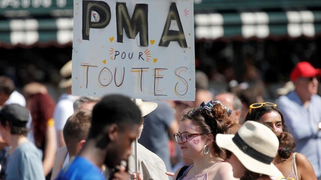 Manifestantes a favor de la ampliación de la procreación asistida durante el del día del Orgullo gay en las calles de París, Francia, el 29 de junio de 2019.