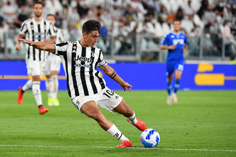 L'attaccante argentino della Juventus Paulo Dybala segna contro l'Emboli il 28 agosto 2021 a Torino.