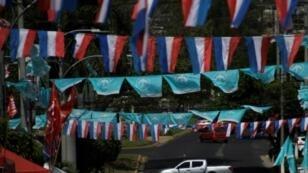 أعلام أحزاب في سان سلفادور في 02 شباط/فبراير 2019 عشية الانتخابات الرئاسية