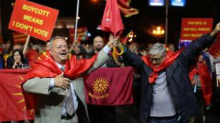 Manifestantes gritan consignas en contra del referendo sobre el cambio del nombre de Macedonia en Skopje, Macedonia,  el 30 de septiembre de 2018.