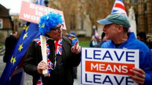Un partidario del Brexit sostiene una pancarta junto a un manifestante antibrexit en medio de una manifestación ante el Parlamento británico en Londres, Reino Unido, el 4 de diciembre de 2018.