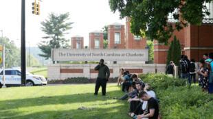 Étudiants et professeurs sous le choc près de l'entrée du campus après une fusillade dans l'Université de Caroline du Nord, à Charlotte, le 30 avril 2019.