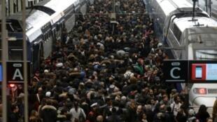 """مسافرون يتكدسون في محطة قطارات """"ليون"""" خلال الموجة الأولى من إضراب عمال السكك الحديدية. 3 أبريل/ نيسان 2018"""