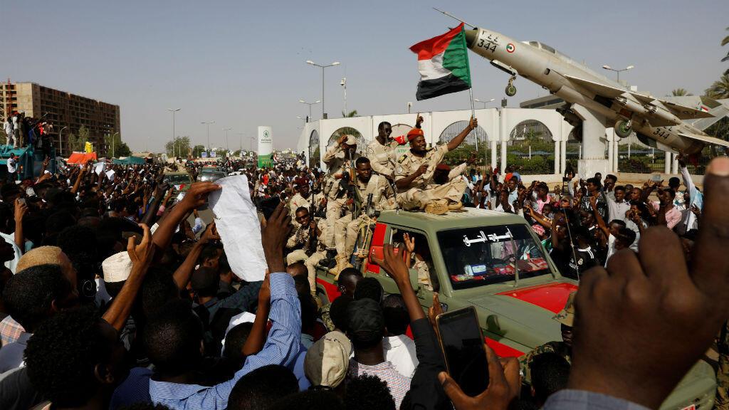 Los soldados sudaneses son vistos en sus vehículos mientras se mueven en un convoy militar fuera del recinto del Ministerio de Defensa en Jartum, Sudán, el 25 de abril de 2019.