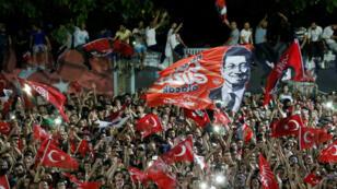 Les supporters d'Ekrem Imamoglu célèbrent sa victoire face au candidat de l'AKP, Binali Yildirim, dimanche 23 juin 2019.