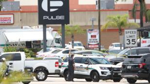 Des véhicules de police devant les lieux de la tuerie d'Orlando, dimanche 12 juin 2016.