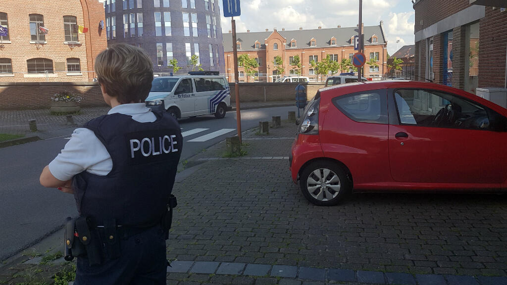Un policier en faction près de l'hôtel de police de Charleroi, le 6 août 2016, après l'agression à la machette de deux policières.