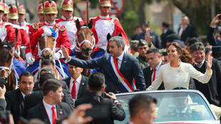 Mario Abdo Benítez junto a su esposa Silvana López realizan un recorrido por la capital de Paraguay, Asunción, después de jurar como presidente de la nación para el período 2018-2023 el 15 de agosto de 2018.