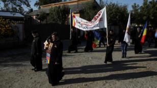 """Un grupo de clérigos rumanos marcha para apoyar el """"SI"""" en un referendo que busca cambiar la definición de familia y evitar los matrimonios entre parejas del mismo sexo en Draganesti, Rumanía, el 4 de octubre de 2018."""