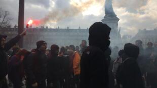 Des lycéens et étudiants place de la République, à Paris, le 9 mars 2016.