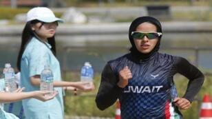 العداءة الكويتية نجلاء الجريوي بحجاب رياضي في إحدى المسابقات الرياضية