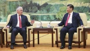 Le secrétaire d'État américain Rex Tillerson et le président chinois Xi Jinping au Palais du peuple de Pékin, le 19 mars 2017.