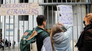 """Pancarta con el escrito """"solidaridad con los extranjeros"""", durante el bloqueo de la facultad de Tolbiac, París, Francia, el 5 diciembre de 2018."""