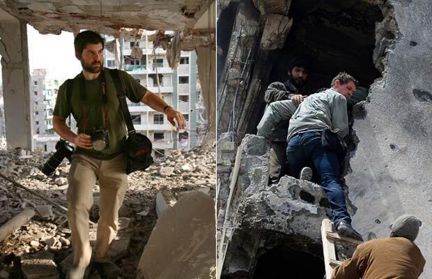 Chris Hondros, en 2006, dans un immeuble en ruine de Beyrouth (à gauche). Tim Hetherington (à droite) avec des insurgés à Misrata, en Libye, quelques jours avant sa mort. © AFP