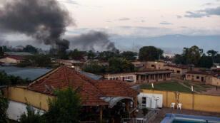 De la fumée s'échappe de bâtiments à Bujumbura, le 14 mai 2015.