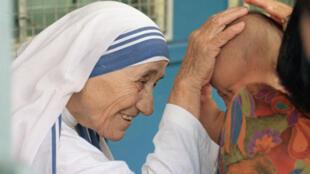 Mère Teresa bénit un enfant à Singapour, le 20 octobre 1993.
