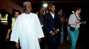 Lassana Bathily (au centre) a été accueilli à l'aéorport de Bamako par le secrétaire général du ministère des Maliens de l'extérieur, Cheickna Kamissoko.