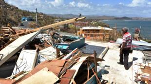 Carlos Pagan camina junto a una casa destruida por el huracán María en Yabucoa, en el este de Puerto Rico, el 28 de septiembre de 2017.