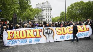 """Plusieurs centaines de personnes ont défilé à Paris au nom du collectif """"Front social"""", le 8 mai 2017."""