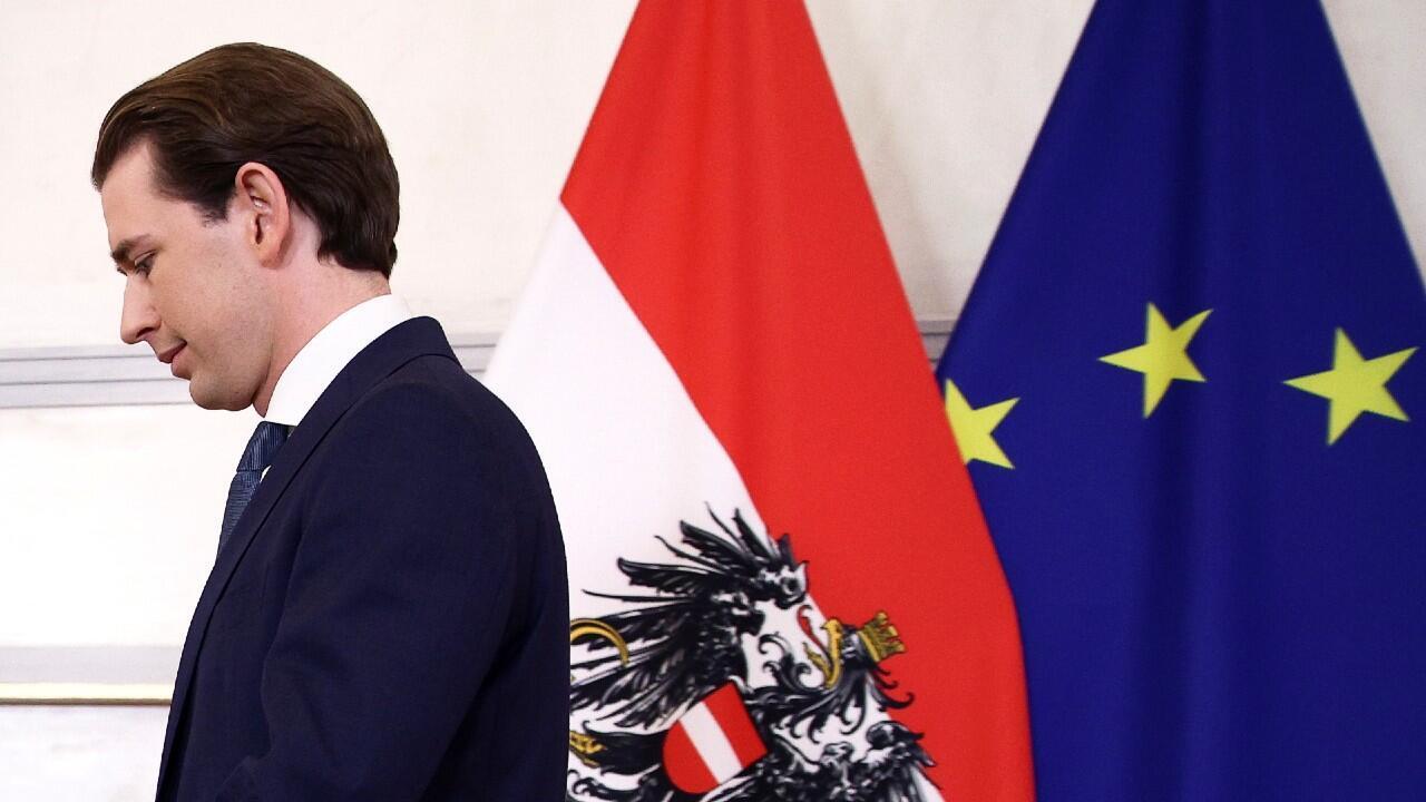Sebastian Kurz, quien está bajo investigación por sospecha de delitos de corrupción, se marcha después de dar un discurso en la cancillería federal de Viena, en Austria, el 9 de octubre de 2021.